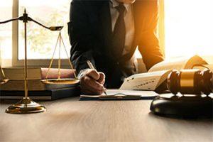 адвокат-подписва-договор